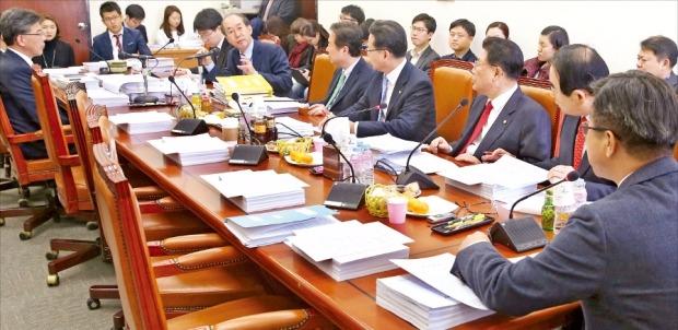 < 야당 의원 불참한 기재위 소위 > 국회 기획재정위원회 경제재정소위원회가 9일 기재위 소회의실에서 새정치민주연합의 신계륜·김현미 의원이 불참한 가운데 열렸다. 연합뉴스