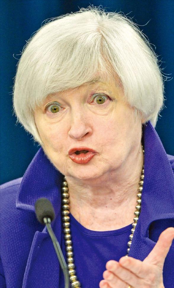 재닛 옐런 미국 중앙은행(Fed) 의장이 16일(현지시간) 연방공개시장위원회(FOMC) 정례회의 후 열린 기자회견에서 향후 통화정책 방향을 설명하고 있다. 이날 Fed가 0.25%포인트 금리 인상을 발표하면서 2008년 12월부터 7년간 이어진 '제로 금리' 시대가 막을 내렸다. 워싱턴신화연합뉴스