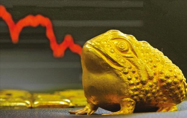 < 떨어지는 금값 > 미국 중앙은행(Fed)이 지난 16일 금리를 인상하면서 금과 원유 등 달러로 거래되는 실물자산 가격이 떨어지고 있다. 17일 기준 금값은 6년 만에 최저치를 기록했고 북해산 브렌트유 가격은 11년 만에 가장 낮은 수준으로 내려갔다. 김범준 기자 bjk07@hankyung.com