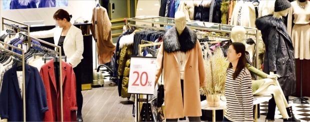 21일 오후 3시 서울 시내의 한 대형 백화점 여성복 매장이 한산한 모습을 보이고 있다.  허문찬 기자sweat@hankyung.com