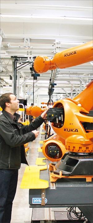 독일 아우크스부르크에 있는 쿠카로보틱스의 산업용 로봇 생산공정. 이들 로봇은 '인더스트리 4.0'을 구현하는 핵심 장비다. 이 회사는 주문이 밀려 생산라인을 확충하고 있다. 김낙훈 기자
