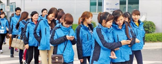 베트남 북부 타이응우옌성 옌빙의 삼성전기 베트남 공장에서 직원들이 퇴근하고 있다.  정지은  기자
