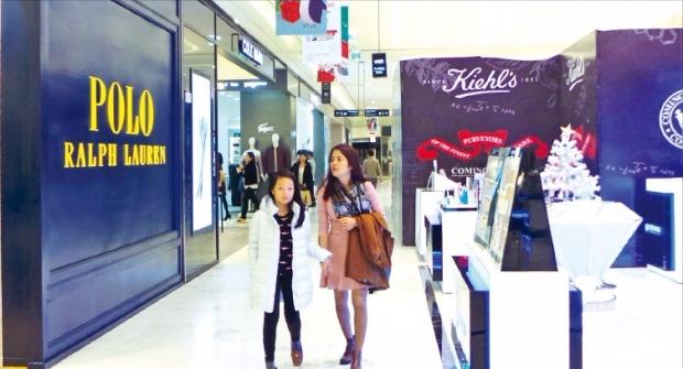 롯데백화점 하노이점을 찾은 고객들이 물건을 살펴보고 있다. 정지은 기자