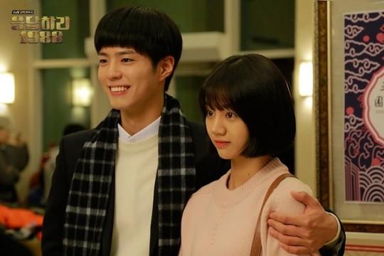 응답하라 1988 박보검혜리 어깨동무 다정샷 둘 다 예뻐   한경닷컴