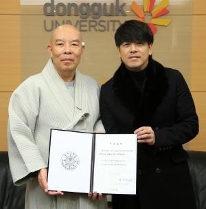지난 22일 동국대를 찾아 한태식 총장(왼쪽)에게 장학금을 전달한 배우 류시원. / 동국대 제공