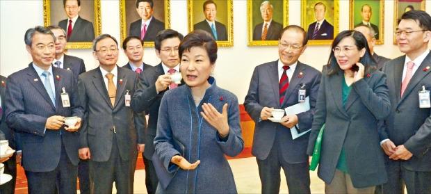 < 국무회의 前 티타임 > 박근혜 대통령이 5일 청와대에서 열린 올해 첫 국무회의에 앞서 국무위원들과 차를 마시며 신년 덕담을 나누고 있다. 강은구 기자 egkang@hankyung.com