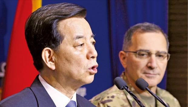 한민구 국방부 장관(왼쪽)이 7일 커티스 스캐퍼로티 한미연합사령관과 함께 서울 용산 국방부 브리핑룸에서 북한의 4차 핵실험에 대한 한·미 공조방안을 발표하고 있다. 연합뉴스