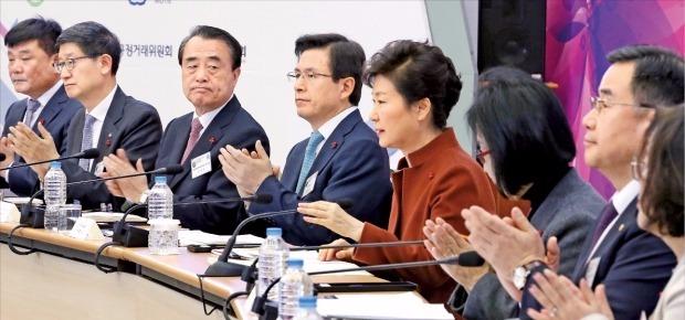 박근혜 대통령이 14일 정부세종청사에서 열린 새해 경제부처 업무보고에서 참석자들로부터 박수를 받고 있다. 연합뉴스