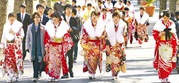 올해 만 20세를 맞은 일본의 젊은이들이 '성인의 날'인 지난 11일 도쿄 도시마엔 놀이공원에서 열린 성인식에 참석하기 위해 걸어가고 있다. 도쿄AP연합뉴스