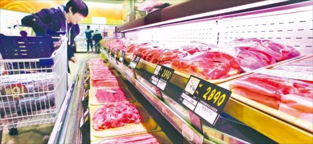 서울시내 한 대형마트 육류코너에서 소비자가 돼지고기를 고르고 있다. 국내 삼겹살 가격은 ㎏당 2만7930원으로 주요 선진국 중 가장 높은 수준이다. 허문찬 기자 sweat@hankyung.com