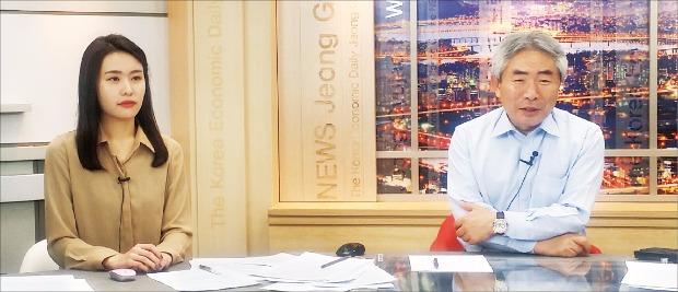 한국경제신문 정규재 주필(오른쪽)과 이송현 아나운서가 정규재 뉴스를 진행하고 있다.