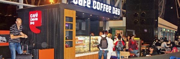 벵갈루루 공항에 있는 인도 커피 체인점 '카페커피데이'에서 손님들이 줄을 지어 커피를 주문하고 있다.   김순신  기자