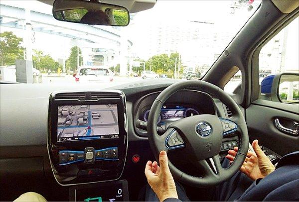 일본 닛산자동차가 개발 중인 자율주행차의 내부 모습. 닛산은 고속도로 단일차로에서 자율주행이 가능한 자동차를 올해 선보일 예정이다. 닛산 제공