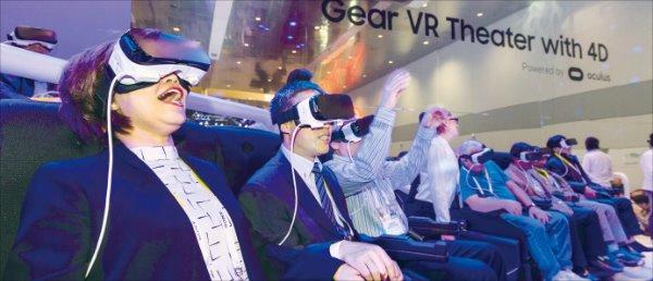 지난 6~9일 미국 라스베이거스에서 열린 세계 최대 전자쇼 'CES 2016'에서 관람객들이 삼성 기어VR을 체험하고 있다.  ♣♣삼성전자  제공