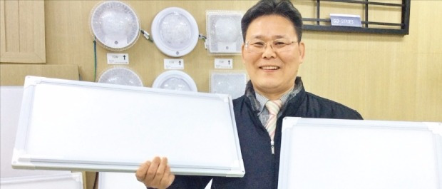 김권진 에이펙스인텍 대표가 경북 칠곡 본사에서 슬림 LED(발광다이오드) 조명의 장점을 설명하고 있다. 김희경 기자