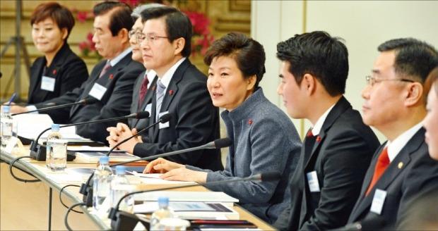 """< 국가 혁신은 법질서 확립부터 > 박근혜 대통령은 26일 행정자치·법무·환경부와 국민안전처·국민권익위원회 업무보고를 받는 자리에서 """"법질서를 확립하고 투명한 사회를 만들어 가는 것이 국가 혁신의 기초가 된다는 점을 유념해달라""""고 말했다.  강은구 기자 egkang@hankyung.com"""