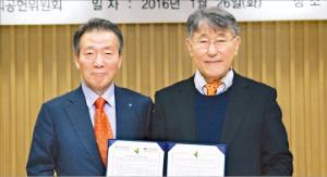 이수창 생명보험협회장(왼쪽)과 이시형 생명보험사회공헌재단 이사장(오른쪽)이 26일 서울 광화문 생명보험교육센터에서 '2016년 생명보험 공동 사회공헌사업 출연' 약정을 맺었다. 생명보험협회 제공