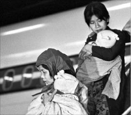 < 1978년 그리고 2015년…난민에게 관대한 캐나다 > 아기를 안은 베트남 난민 여성이 1978년 캐나다 몬트리올의 공항에 도착해 비행기에서 내리고 있다. 라디오캐나다인터내셔널 홈페이지