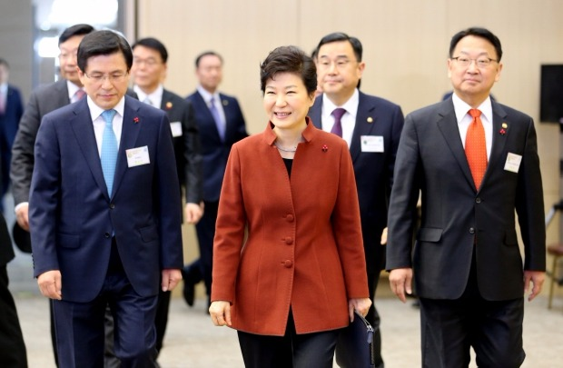 박근혜 대통령이 14일 오전 정부 세종컨벤션센터에서 열린 2016년 경제관련 정부업무보고에 참석하고 있다. 연합뉴스