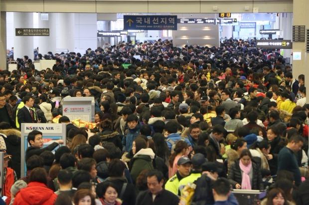 항공기 운항이 재개된 25일 오후 제주공항 국제선 출국장이 대기, 수속 승객으로 극심하게 붐비고 있다. 연합뉴스