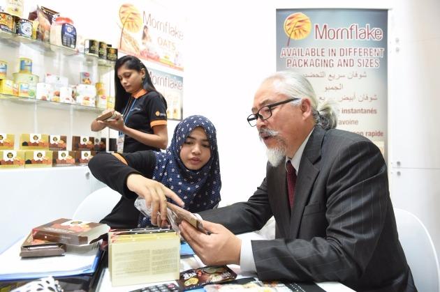 아세안 식품기업 100곳이 참여한 아세안페어에서 참가기업과 바이어가 상담하는 모습 / 한아세안센터 제공.
