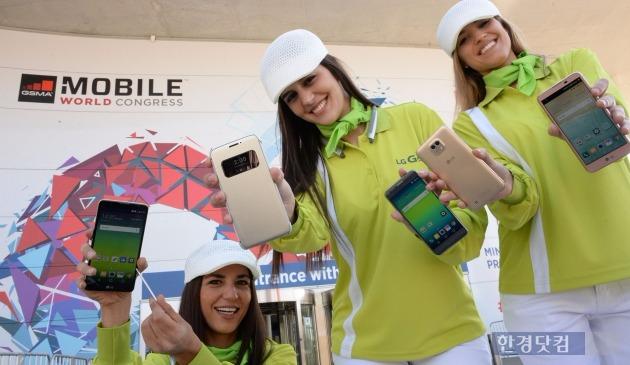 스페인 바르셀로나 피라 그란비아전시장 앞에서 모델들이 LG 스마트폰 신제품을 소개하고 있다. 왼쪽부터 스타일러스 2, G5, X 캠, X 스크린. / 사진=LG전자 제공.