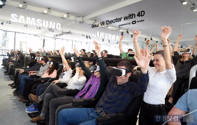 스페인 바르셀로나 까딸루냐 광장에 설치된 '기어 VR 스튜디오'에서 관람객들이 기어 VR과 4D 의자로 360도 입체 영상을 체험하고 있다. / 사진=삼성전자 제공
