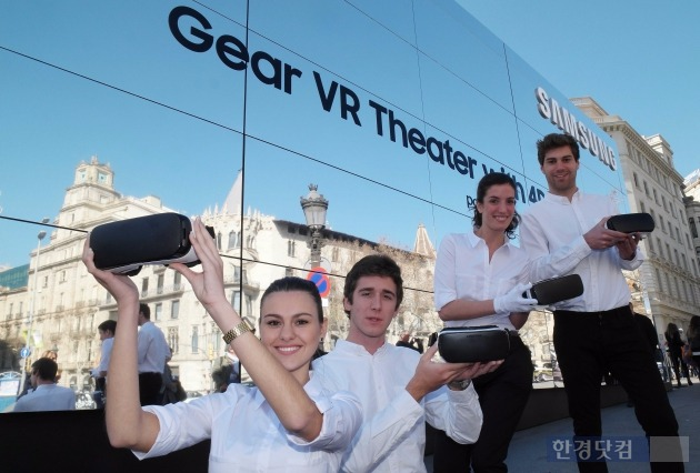 삼성전자 모델들이 스페인 바르셀로나 까딸루냐 광장에 설치된 '기어 VR 스튜디오'를 소개하고 있다. / 사진=삼성전자 제공.