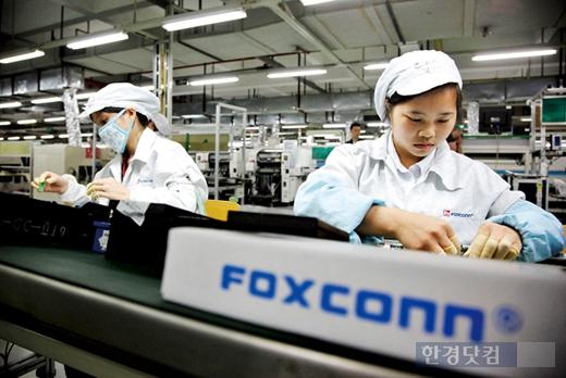 대만업체 폭스콘이 중국에 운영하는 애플 스마트폰 생산 라인 근로자들의 모습. (자료 = 한경DB)