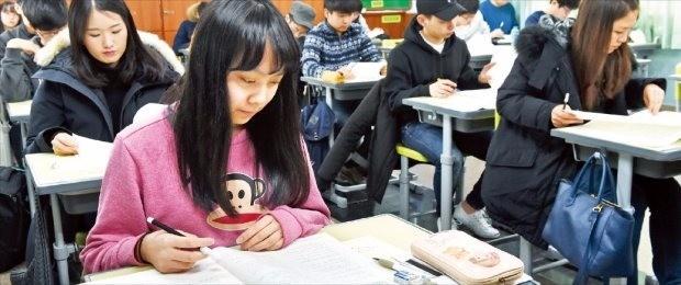 제32회 한경 테샛과 제17회 한경 주니어 테샛이 21일 전국 고사장에서 일제히 치러졌다. 이번 시험에는 고교생·대학생·직장인 등이 골고루 응시, 테샛 공신력을 다시 한번 입증했다. 서울 진선여중에서 응시생들이 시험을 치르고 있다. 강은구 기자 egkang@hankyung.com