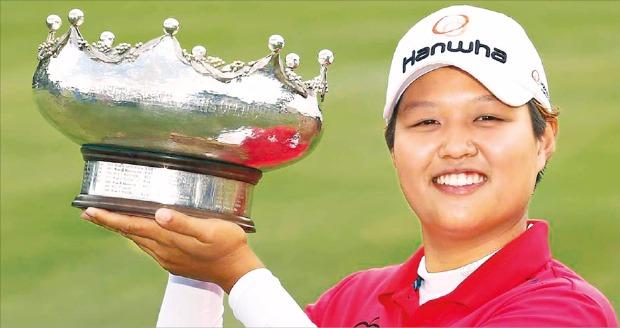노무라 하루가 21일 호주 사우스오스트레일리아주에서 열린 LPGA투어 ISPS한다호주여자오픈에서 우승한 뒤 트로피를 들고 기뻐하고 있다. LPGA홈페이지 캡처