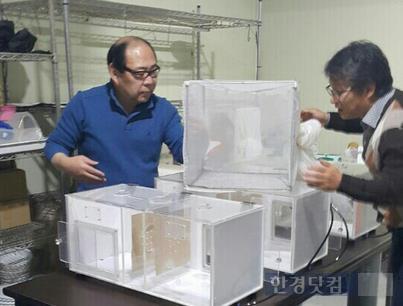 종이없는벽지의 연구개발책임자인 김석환 마스터(왼쪽)./ 사진제공= 회사