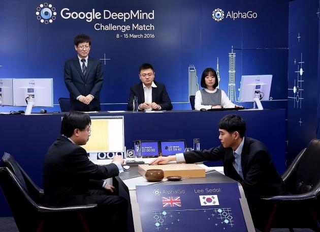 인류 대표 이세돌 9단과 최첨단 인공지능(AI) 알파고(AlphaGo)가 10일 오후 1시 서울 광화문 포시즌스호텔에서 역사적인 제2국을 시작하는 모습이다. / 제공=구글