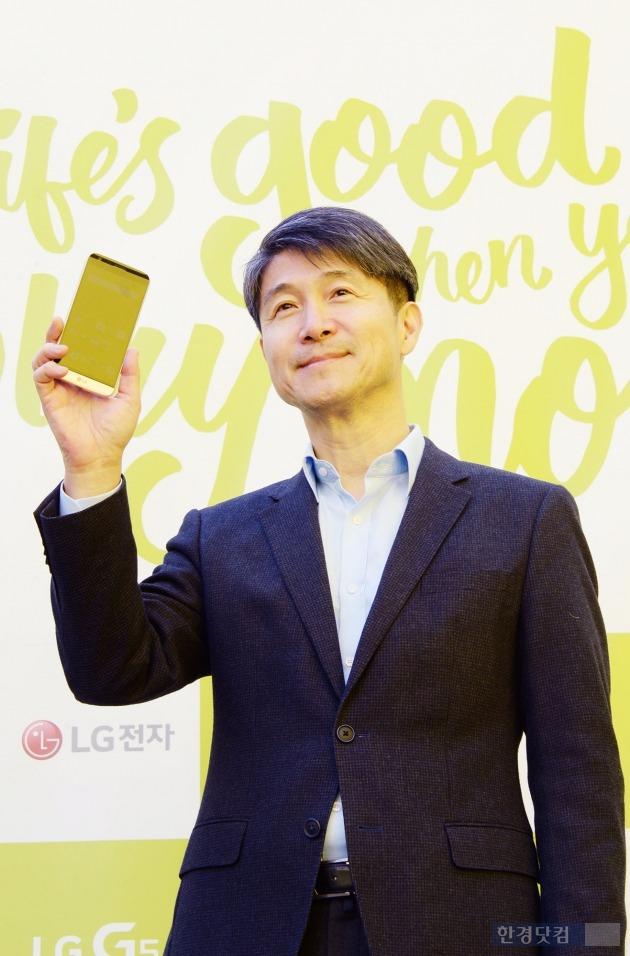 24일 서울 신사동 가로수길에 마련된 'LG G5와 프렌즈' 체험존에서 조준호 LG전자 사장이 'G5'를 들고 있다. / 사진=LG전자 제공