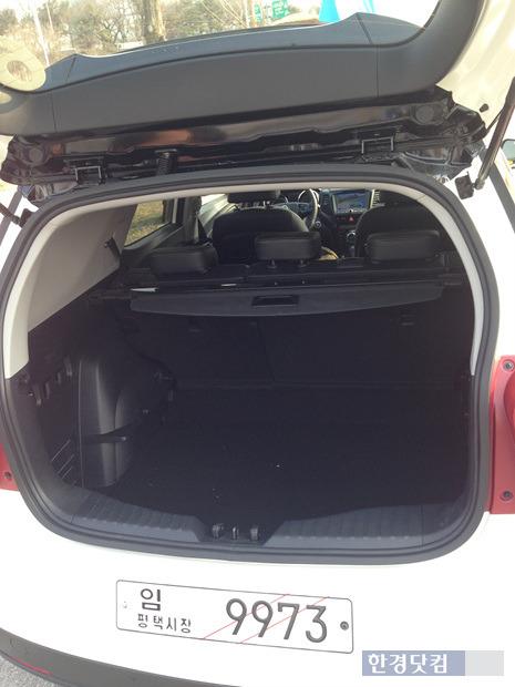 티볼리 에어의 테일 게이트를 열면 트렁크 공간이 티볼리보다 크다.