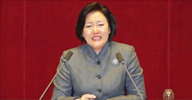 1일 필리버스터(무제한 토론)에 나선 박영선 더불어민주당 의원이 국회 본회의장에서 눈물을 흘리며 발언하고 있다. 연합뉴스