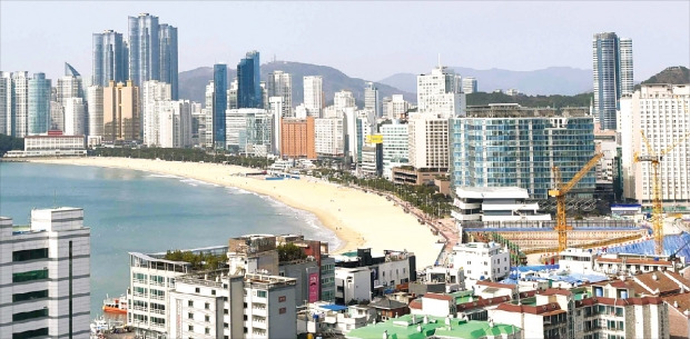부산 해운대 백사장을 따라 고층빌딩과 호텔, 주거시설이 들어서 있다. 마린시티(주거)와 센텀시티(산업)를 두 축으로 하는 해운대구는 주거·산업·유통·관광 등 여러 부문에서 '부산의 대명사' 역할을 하고 있다. 부산=김범준 기자 bjk07@hankyung.com