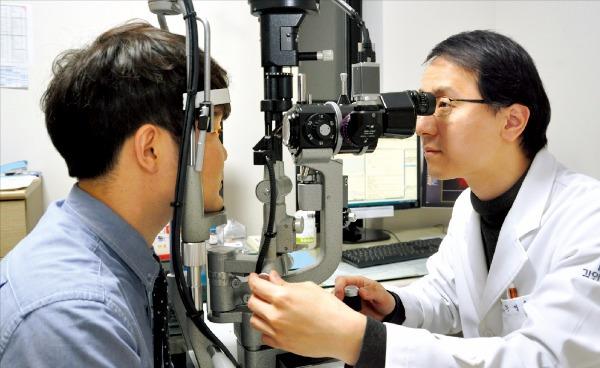 황영훈 건양의대 김안과병원 녹내장센터 교수(오른쪽)가 녹내장 의심 환자를 대상으로 눈 검사를 하고 있다. 김안과병원 제공