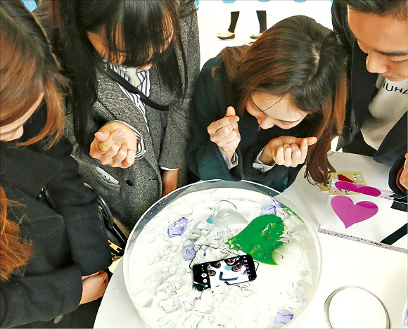 서울 영등포구 타임스퀘어 아트리움에서 시민들이 삼성 갤럭시S7·S7엣지의 방수 기능을 체험하고 있다. 삼성전자 제공