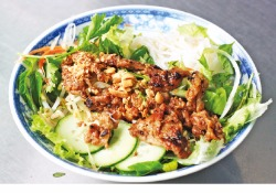 숯불에 구운 돼지고기와 채소를 섞고 비벼먹는 분팃느엉(Bun Thit Nuong)