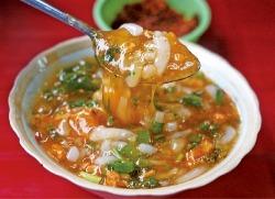 게살 완자를 넣고 걸쭉하게 끓여서 면에 부어 먹는 바인까인남포(Banh Canh Nam Pho)