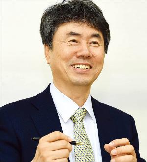 """김기찬 ICSB 회장은 """" 경제 주체 모두가 기업가 정신을 갖춰야 한다""""고 강조했다. 김영우 기자 youngwoo@hankyung.com"""