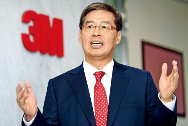 신학철 3M 수석부회장이 지난 22일 서울 여의도 한국쓰리엠 회의실에서 3M의 혁신 사례와 한국 기업의 혁신 방향 등에 대해 말하고 있다. 강은구 기자 egkang@hankyung.com