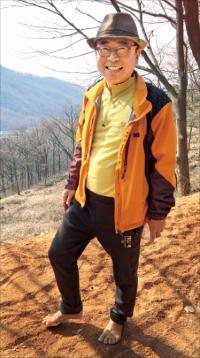 """11년째 대전 계족산 가꾸는 조웅래 맥키스 회장 """"맨발로 느끼는 황톳길, 인생 굴곡과 똑같죠"""""""