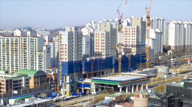 마무리 공사가 한창인 서울 가좌지구 행복주택이 입주자 모집을 시작한다. 이 단지는 철도 부지에 지역 주민 공동시설과 함께 들어서는 지역거점형 행복주택이다. LH 제공