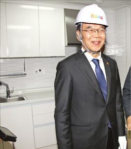 서울 가좌지구 행복주택 건설현장을 방문한 강호인 국토교통부 장관이 집 내부를 둘러보고 있다. 국토부 제공