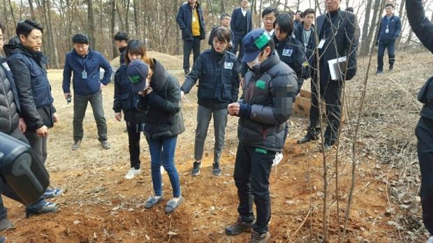 14일 오후 경기도 평택시 청북면 한 야산에서 진행된 신원영군 학대 사망사건 현장검증에서 친부 신모(38)씨와 계모 김모(38)씨가 범행 장면을 재연하고 있다. 연합뉴스