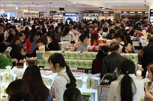 지난달 31일 서울 용산 신라아이파크면세점에서 아오란 임직원이 쇼핑을 하는 모습. / 사진=HDC신라면세점 제공