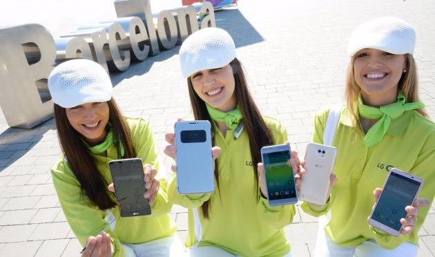 지난 2월 스페인 바르셀로나에서 LG전자 모델들이 LG 스마트폰 신제품을 소개하고 있다. 왼쪽에서 두 번째 제품이 'G5'. / 사진=LG전자 제공.