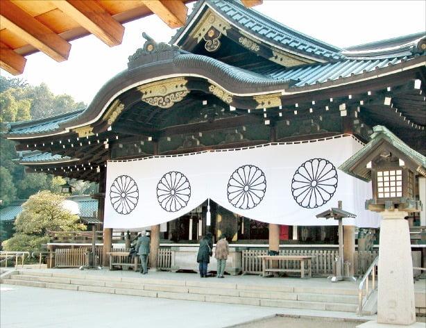 일본의 수도 도쿄에 있는 야스쿠니 신사 본당. 야스쿠니(靖國)는 '나라를 편안하게 한다'는 뜻이다.